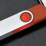Clé USB dans un port USB