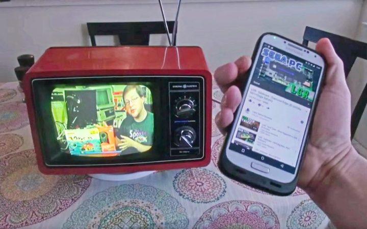 Cette vieille TV des années 1970 a été transformée en TV connectée avec un Chromecast - mais vous pourriez également faire la même avec un Raspberry Pi, plus ouvert !