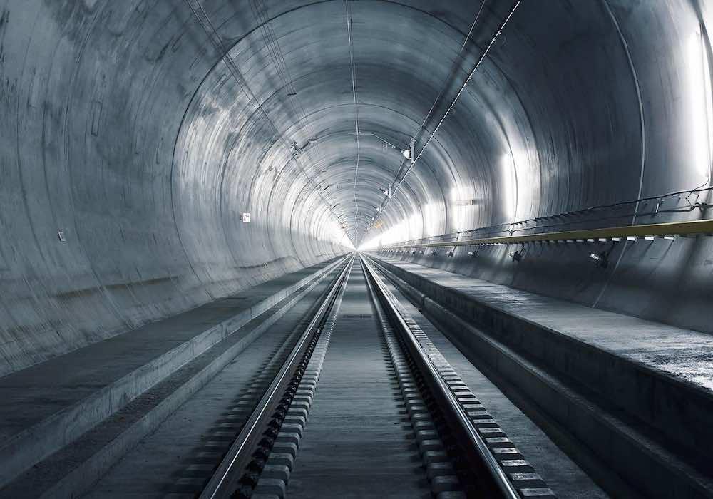 Le tunnel-base Gottard en Suisse / Comme un tunnel pour les trains à haute vitesse, votre traffic internet ne ressort publiquement sur le réseau que dans le pays que vous avez choisi