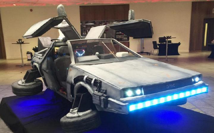 Retour vers le futur : ils réalisent une DeLorean en gâteau taille réelle