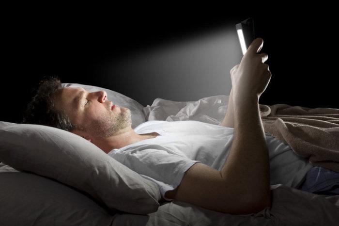 Trop de smartphone la nuit peut rendre temporairement aveugle