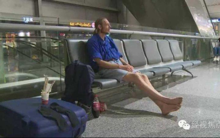 Un désespéré passe près de la mort en attendant sa «petite amie» d'internet dans un aéroport chinois