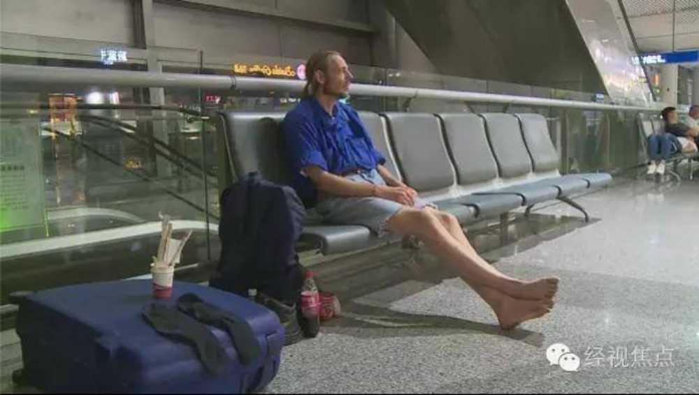 """Un désespéré passe près de la mort en attendant sa """"petite amie"""" d'internet dans un aéroport chinois"""