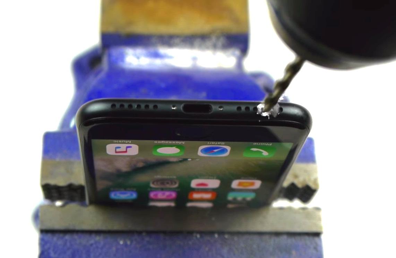 iPhone 7 : un youtuber s'amuse à remettre la prise jack à grand avec une perceuse