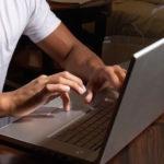Vie privée : il vire un salarié pour du porno, l'ex-employé le poursuit et gagne