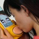 Le kissenger est un accessoire iPhone permettant de s'embrasser en Facetime