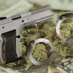 Ils font le Mannequin challenge avec de la drogue et des armes, la police les arrête