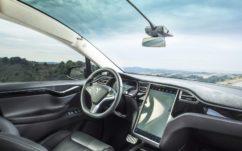 Tesla : la dernière mise à jour de l'Autopilot lui permettrait presque de se conduire toute seule