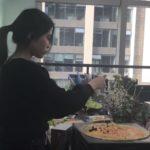 Elle cuisine avec son PC