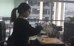 Vidéo : elle se sert de sa tour PC comme d'un barbecue sur son lieu de travail