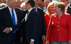 Macron et Trump se refont une poignée de main musclée:la revanche, en vidéo