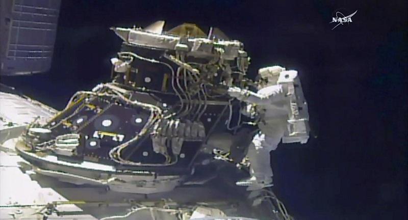 Une sortie d'urgence pour remplacer un ordinateur en panne — Station spatiale internationale