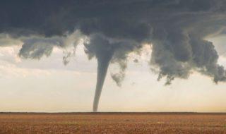 Facebook : un homme tond sa pelouse malgré une tornade en approche, en vidéo