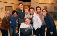 The Big Bang Theory : Stephen Hawking remet une médaille d'honneur aux créateurs de la série