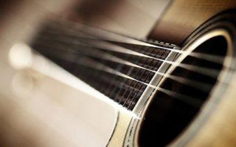 Chirurgie du cerveau : un patient joue de la guitare en pleine opération, en vidéo
