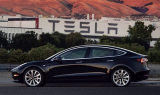 Tesla Model 3 : Elon Musk fanfaronne avec le tout premier exemplaire sorti d'usine