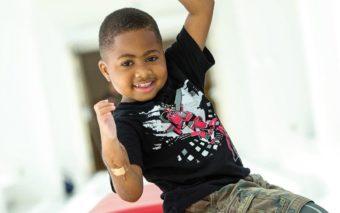 Greffe des mains : grâce à son opération, ce garçon de 10 ans peut enfin écrire