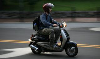 Vidéo : son smartphone le distrait à scooter, il tombe dans un trou béant