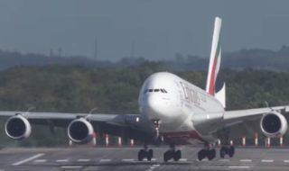 Un Airbus A380 réussit un atterrissage spectaculaire en pleine tempête Xavier [vidéo]