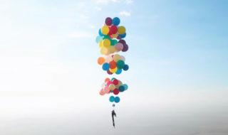 Vidéo : il s'envole accroché à des ballons gonflés à l'hélium comme dans le film Là-Haut !