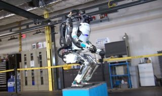 Vidéo : le robot Atlas sait désormais faire des sauts périlleux comme un acrobate !
