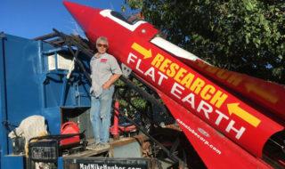 La Terre est plate : désespéré de le prouver, il construit une fusée pour se lancer dans l'espace