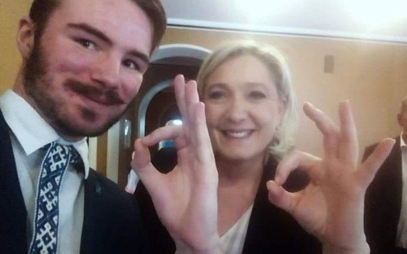 Marine Le Pen signe