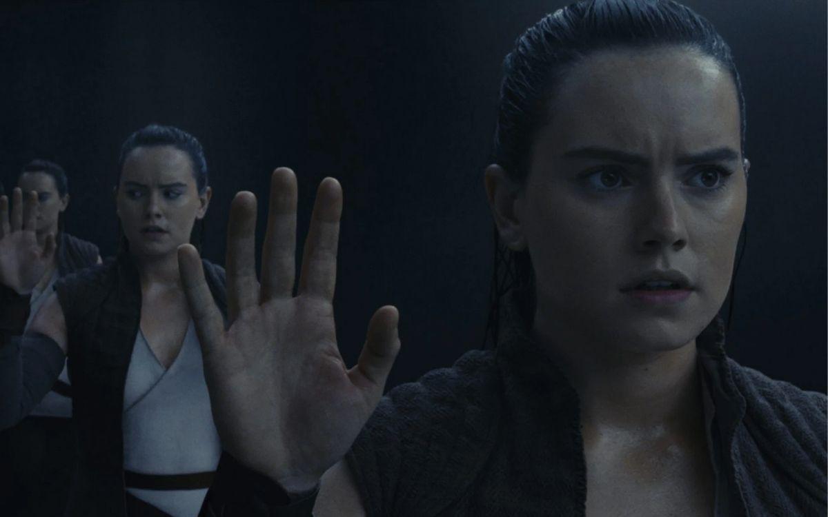 Rey dans la cave miroir d'Ahch-To. Image Disney
