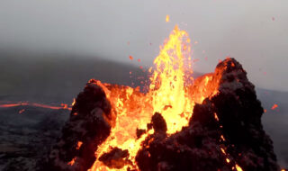 L'éruption impressionnante du volcan islandais Fagradalsfjall vue par un drone