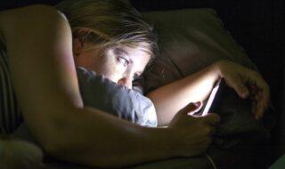 Les filtres anti-lumière bleue n'aideraient pas à mieux dormir