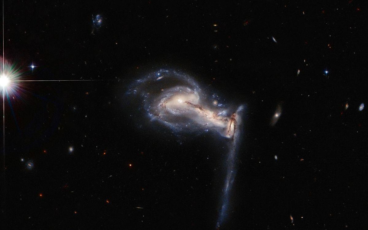 Le télescope Hubble immortalise trois galaxies en train de fusionner