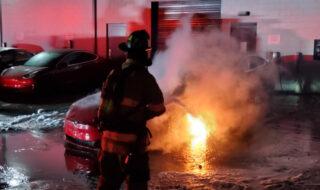 Une Tesla Model S prend subitement feu dans un Tesla Service Center