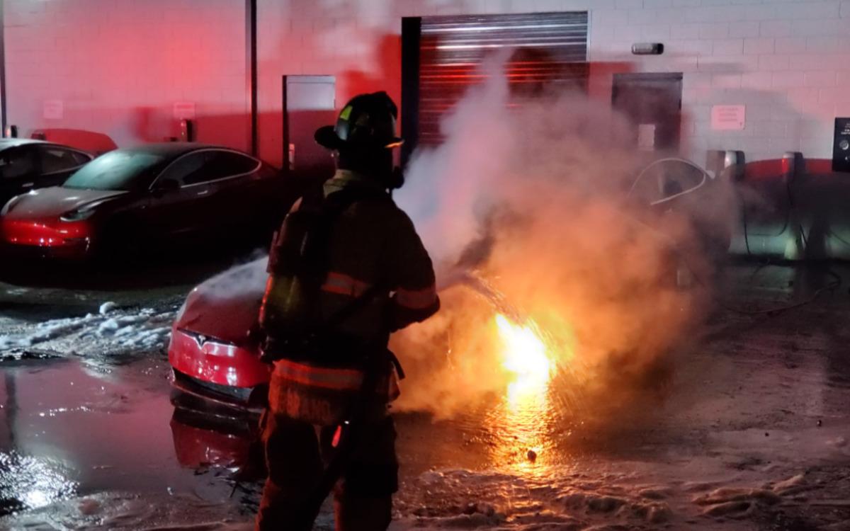 Une Tesla prend feu